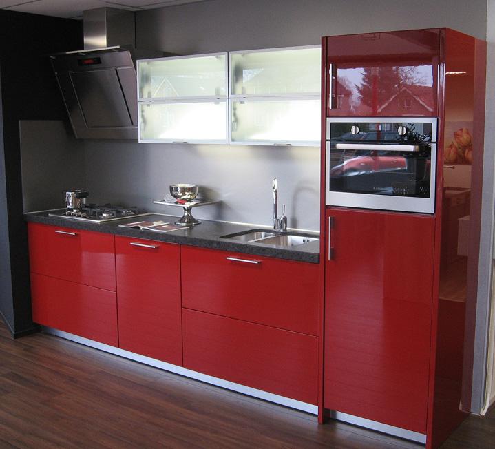 Rode keuken combineren - Keuken rode en grijze muur ...